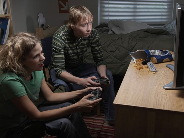 Video games make players eat more