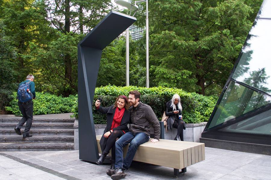 Solar Powered Smart Benches Installed At London S Canary Wharf